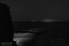 Bei Nacht am Ufer.