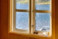 In der Hütte vor dem Wind geschützt sitzen und die grandiose Aussicht genießen. Unbeschreibbar.
