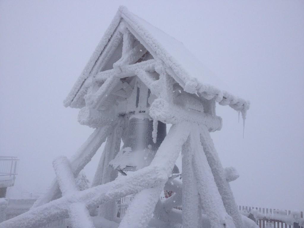 Die verschneite Friedensglocke auf dem Fichtelberg bei Oberwiesenthal.