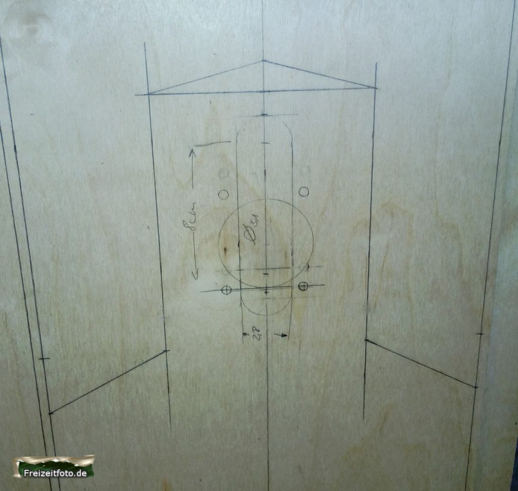 Grobe Formen der späteren Außenmaße und Details der Achsmontage sind mit Bleistift erstellt.