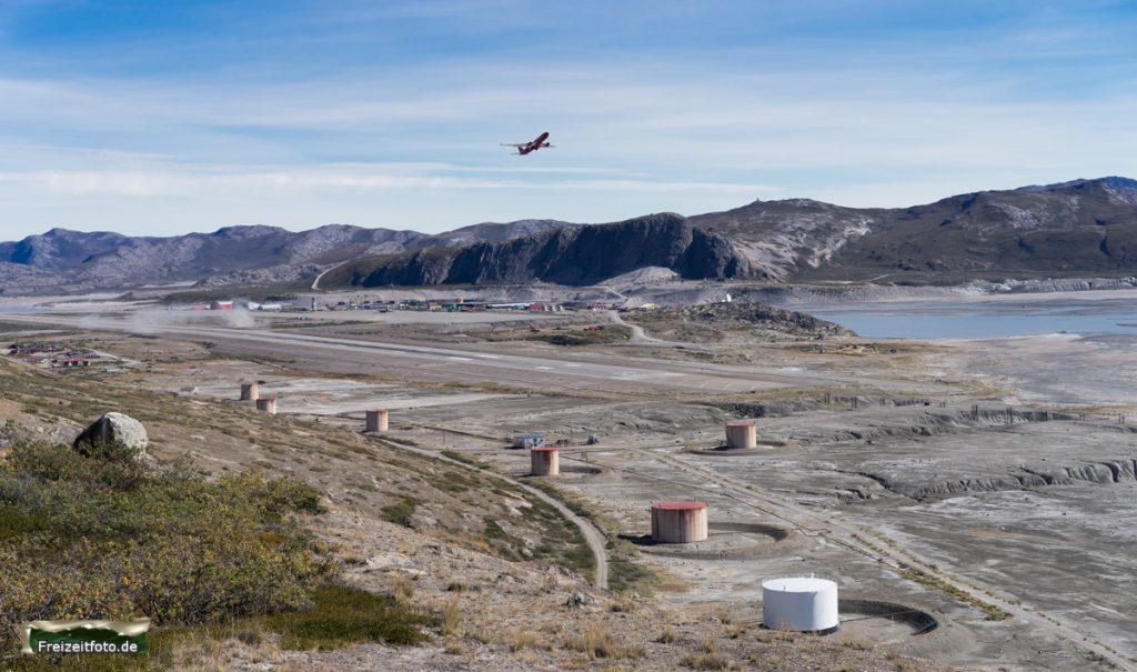 Ein Flugzeug startet vom Flughafen Kangerlussuaq