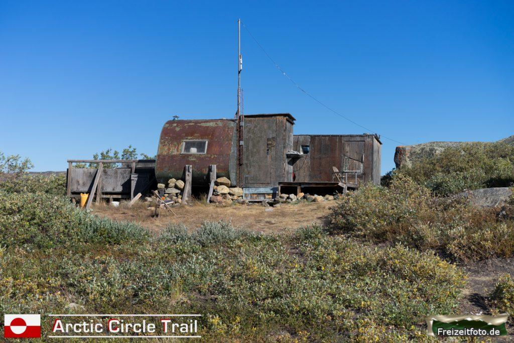 Hütte eines Jägers in der Nähe vom Arctic Circle Trail.