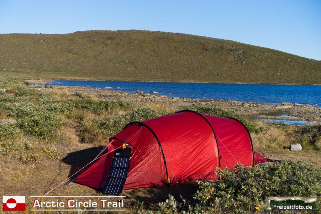 Zelt ist aufgebaut und der Schlafsack liegt innen bereit.