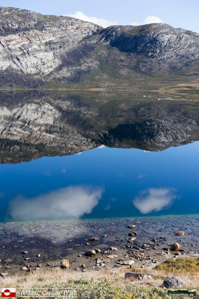 Spiegelglatte Oberfläche des Amitsorsuaqs.