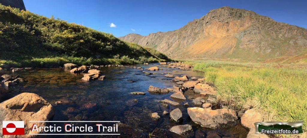 Glasklares Wasser führt der Fluss an der Hütte Nerumaq vorbei.