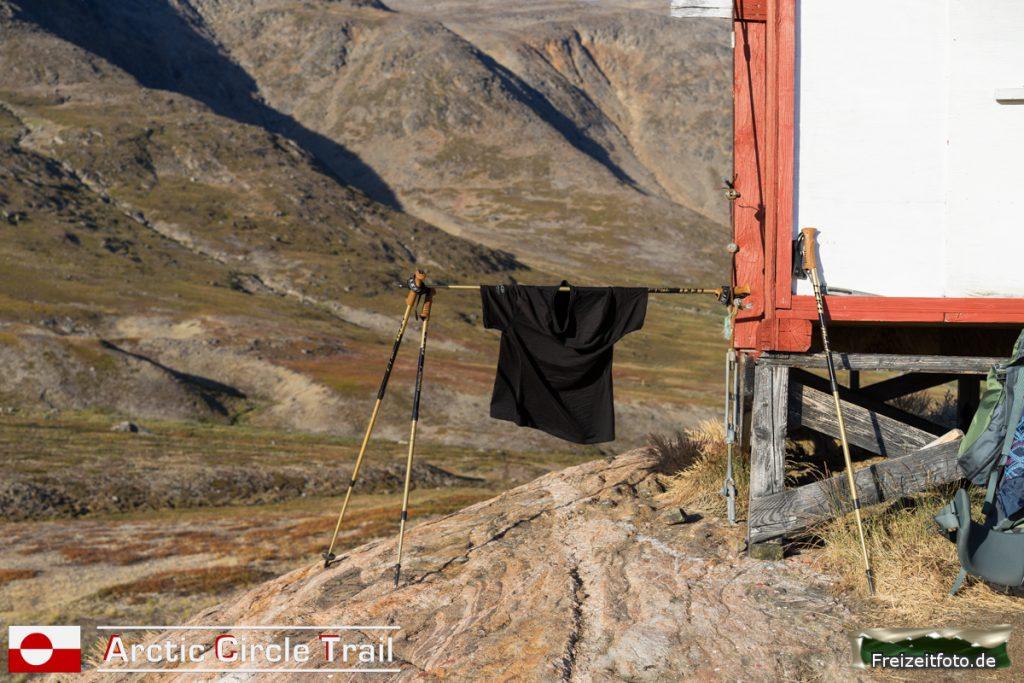 Wäschetrockner an der Hütte vom Fjord Kangerluarsuk Tulleq.
