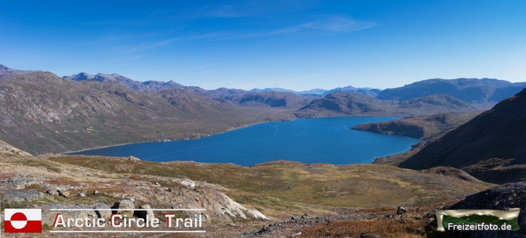 Blick von 400 Höhenmeter ins Tal in Richtung Hütte vom Fjord Kangerluarsuk Tulleq.