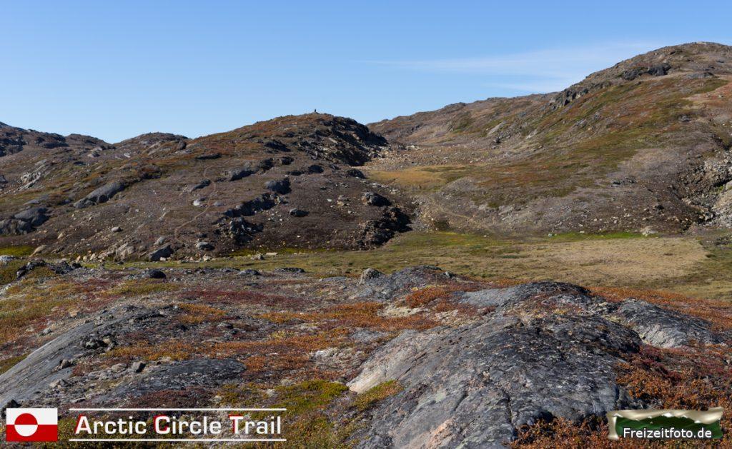 Der Arctic Circle Trail schlängelt sich zur Bergspitze.