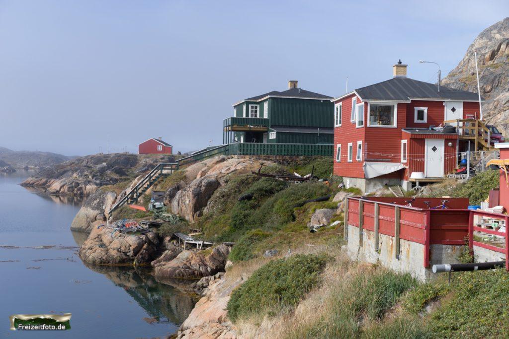 Häuser von Sisimiut in der Bucht.