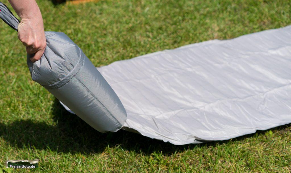 Der Packbeutel zum verstauen der Isomatte ist gleichzeitig der Blasebalg.