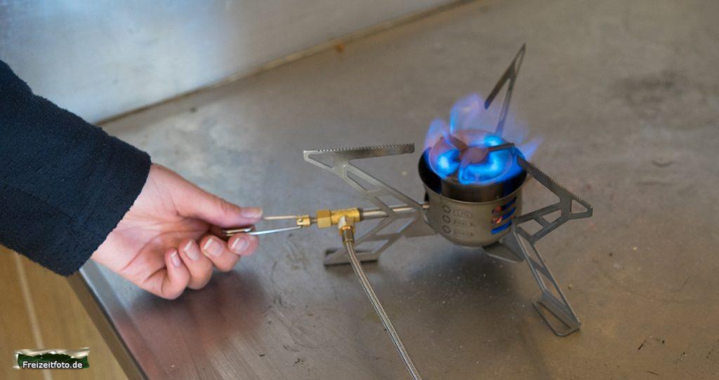 Die Flamme ist blau, wenn der Kocher bereit ist.