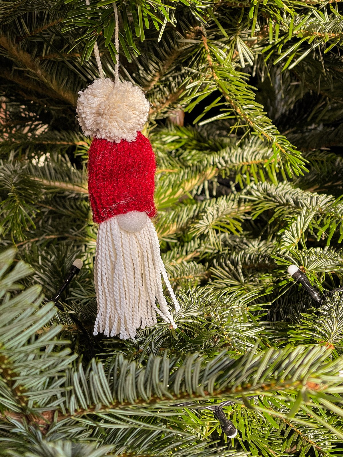 Weihnachtswichtel am Weihnachtsbaum